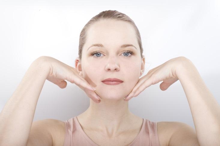 Lakukan 5 Gerakan Ini untuk Mengencangkan Kulit Wajah